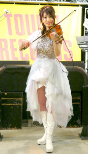 新アルバムの発売記念イベントを行ったバイオリニストの岡部磨知