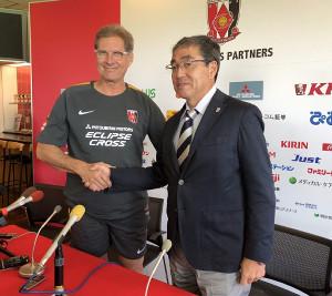 初練習後に会見した浦和のオズワルド・オリヴェイラ新監督(左)と中村修三GM(右)