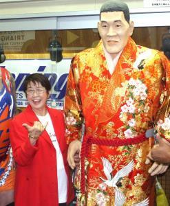 「王道」旗揚げ戦でジャイアント馬場さんの等身大像の隣に立ち満面の笑みを見せる馬場元子さん(2016年4月)