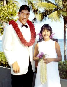 レイを手に笑顔の元子さんとジャイアント馬場さん(1971年)