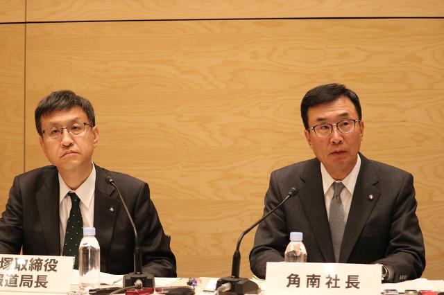 定例社長会見に出席したテレビ朝日・角南源五社長(右)と篠塚浩報道局長