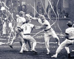 1979年11月4日、日本シリーズ第7戦で近鉄を破り、日本一を決め喜ぶ衣笠さん(左)、江夏(右から2人目)ら広島ナイン
