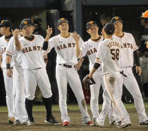 20得点で大勝し、ベンチ前で選手を迎える(左から)阿部、坂本勇、小林、大城
