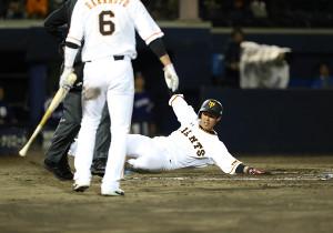 8回1死一三塁、マギーの2点二塁打で生還した一塁走者・立岡