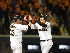 5回2死一塁、岡本が2ラン本塁打