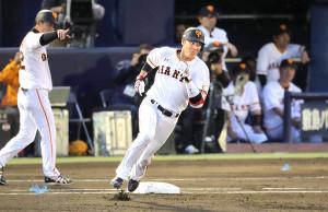 1回無死、左翼線二塁打を放った坂本勇。通算300二塁打を達成した