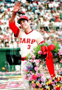 連続試合出場世界記録を達成し、「2131」を記した花輪を手に観客の祝福に応える衣笠祥雄さん