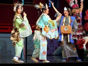 あの世にある「冥途歌劇団」を見学する(左から)徳三郎(礼真琴)、康次郎(紅ゆずる)、喜六(七海ひろき)
