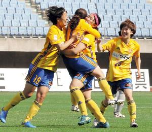 プロ初ゴールをチームメイトと喜ぶ沖野(右から2人目)