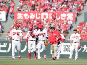 28日の阪神戦。5回1死二、三塁、大山の中犠飛を捕球した際に負傷した丸(左から3人目)と心配そうにする菊池(左から2人目)