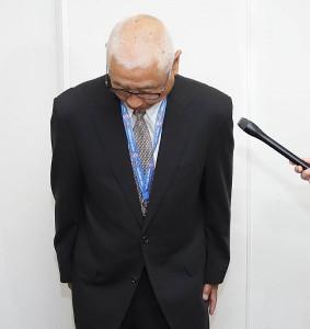 今井の試合出場とユニホーム着用を5月1日から解除すると発表した西武の鈴木球団本部長
