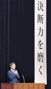「決断力を磨く」の文字を背に講演会を行った羽生竜王