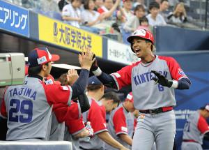 1回無死、宗(右)が中越えに先頭打者本塁打を放ち、田嶋(左)とハイタッチ(カメラ・保井 秀則)