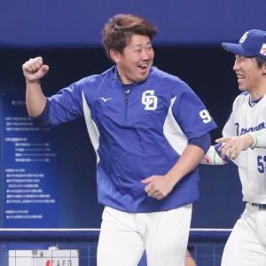 12年ぶりの日本球界勝利を挙げ、試合終了の瞬間ベンチを笑顔で飛び出す松坂。右は亀沢