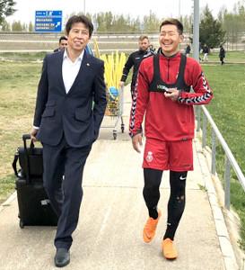 レオネサの練習で井手口(右)を視察した日本代表・西野監督(カメラ・金川 誉)