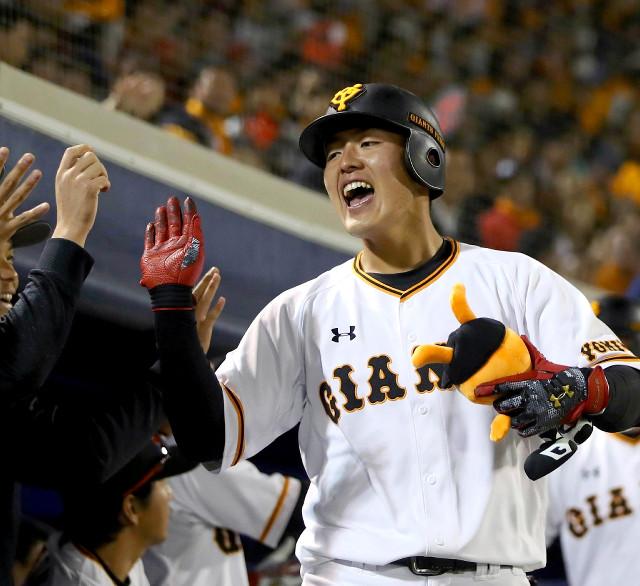 4月25日の中日戦の5回、今季5号となる2ラン本塁打を放って生還した岡本(カメラ・矢口 亨)