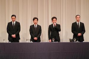 山口達也に関して会見するTOKIOの(左から)長瀬智也、国分太一、城島茂、松岡昌宏