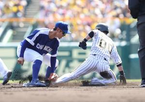 1回無死一塁、打者・植田の上本が二盗を決めるも足を痛め負傷退場する(遊撃手・京田)