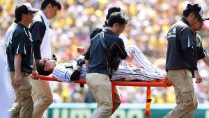 1回無死一塁、打者・植田のとき、二盗を決めるも足を痛め、負傷退場となり担架で運ばれる上本(カメラ・谷口 健二)