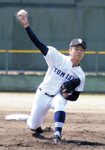 完封勝利を挙げた富山商のエース・沢田