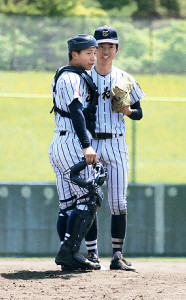 9回、マウンドで後輩の加藤(右)に声をかける山本