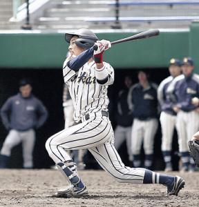 3回2死一、二塁で左越え3ランを放つ東海大北海道・百目鬼