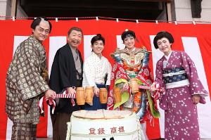 大阪松竹座前で鏡開きを行った(左から)神保悟志、石倉三郎、藤山扇治郎、北翔海莉、久本雅美