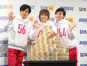 ダミーの10億円を前に手を振る(左から)稲垣吾郎、香取慎吾、草ナギ剛
