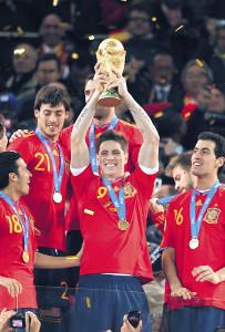 10年南アフリカW杯で優勝し、トロフィーを掲げるスペイン代表FW・フェルナンドトーレス