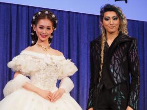 制作会見に登場した愛希れいか(左)と珠城りょう