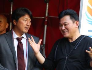 神戸・三木谷社長(右)三浦淳寛スポーツダイレクター