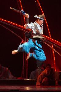 アフリカンダンスで宙を舞う宝塚歌劇花組スター・水美舞斗