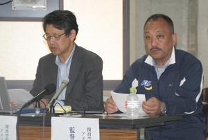 日大の反則行為について会見し、正式な謝罪を求めた関学大アメフト部の鳥内秀晃監督(右)と小野宏ディレクター