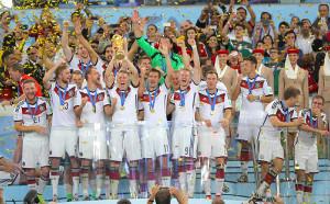 14年、W杯を制しトロフィーを掲げるドイツ代表イレブン