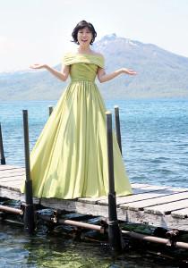 新曲「水に咲く花・支笏湖へ」のPRのため、北海道・千歳市の支笏湖を訪れた水森かおり