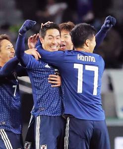昨年12月の東アジアE―1選手権・中国戦で、ロングシュートを決めた昌子(中)はガッツポーズで喜ぶ