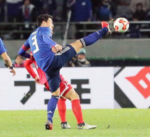 足を高々と上げてボールを奪う昌子