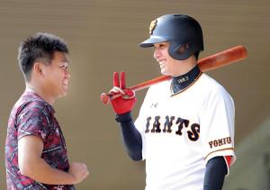 田口(左)と笑顔で話す陽