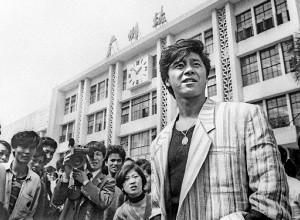 西城秀樹がコンサート公演のため訪れた中国・広州の広州駅前で中国のファンや報道陣に取り囲まれる(87年3月撮影)