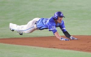 3回無死一塁、ソトの中飛で一塁走者の梶谷がヘッドスライディングで二塁へ進塁