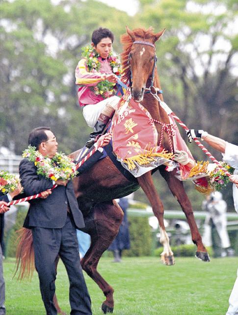 99年皐月賞制覇時のテイエムオペラオー。レース後も興奮気味に立ち上がり、元気な姿を見せていた(馬上は和田、左は竹園正継オーナー)
