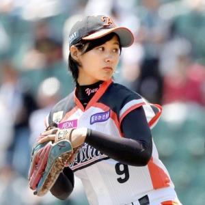 美人すぎる女子プロ野球選手」加藤優、始球式で西武・秋山の内角