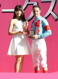 アーモンドアイでオークスを制したルメール騎手と表彰式のプレゼンター土屋太鳳