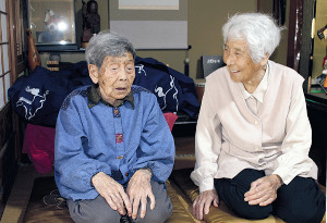 ぎんさんの三女・千多代さん(左)と五女・美根代さん。おしゃべりも健康法の一つだ