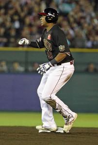 6回1死、左中間に二塁打を放ったものの、塁上で厳しい表情を見せるオコエ
