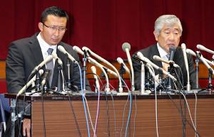 日大会館大講堂で記者会見する井上奨コーチ(左)と内田正人前監督。宮川選手の主張と真っ向から対立し、孤立感が深まった