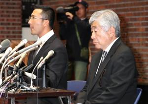 23日の会見が非難を浴びている日大アメリカンフットボール部の内田正人前監督(右)と井上奨コーチ