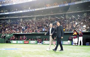 J1神戸と契約を交わしたイニエスタが東京Dに登場。大歓声に迎えられた(右は三木谷会長=カメラ・関口 俊明)