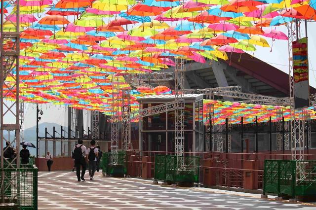 マツダスタジアムはポルトガル・アゲダ市の傘まつりを再現。大量の傘がファンを出迎えた