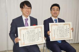 授賞式に出席した囲碁・井山悠太七冠(左)と将棋・菅井竜也王位